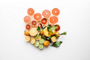 Agrumes (oranges et citrons) coupés en deux